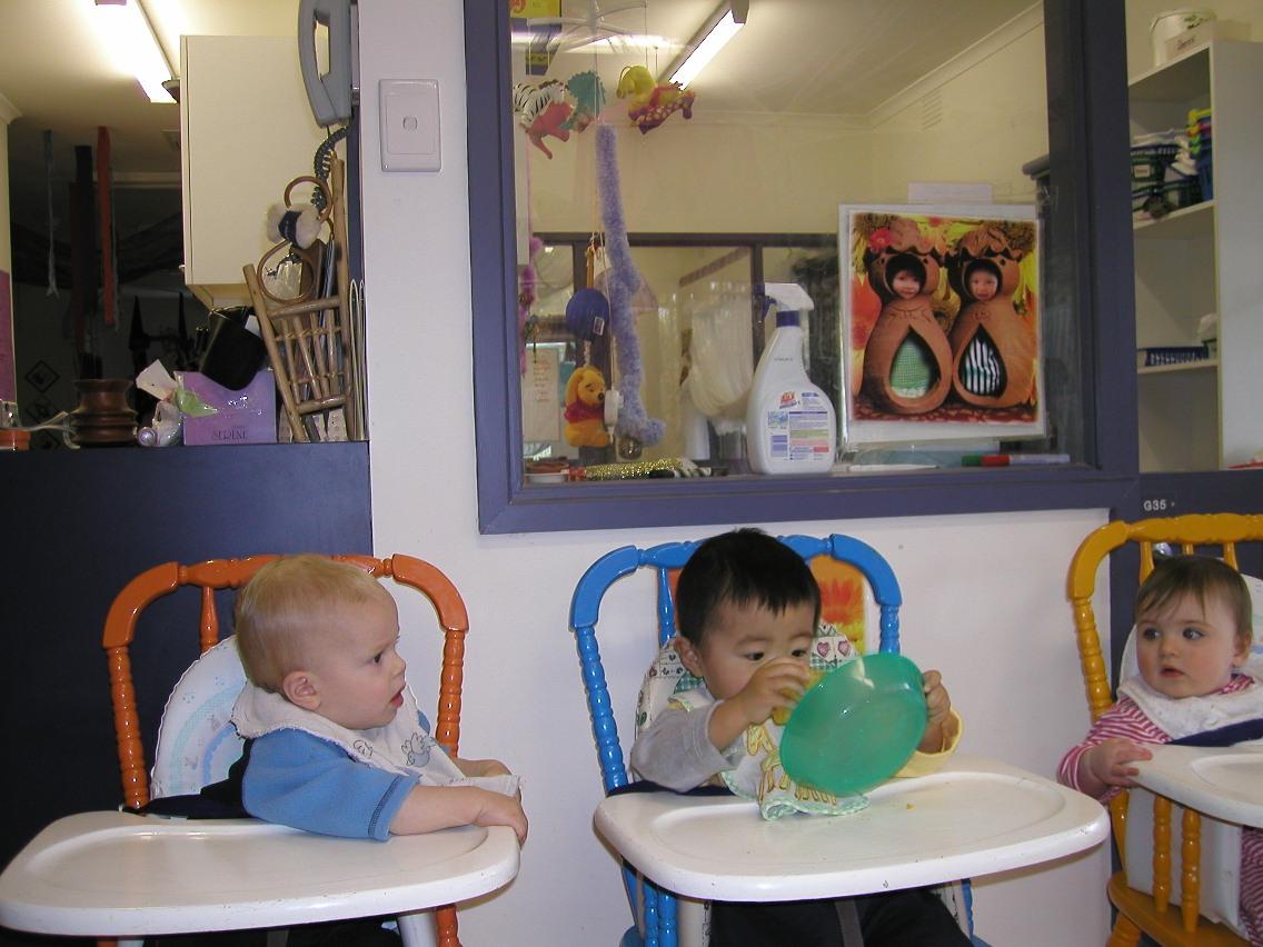 今天是小外甥的生日,今天1岁了,幼儿园给他做了一个漂亮的水果蛋糕,插了一根蜡烛。小外甥叫鹏飞,英文名字William,2004年6月3日出生在澳大利亚墨尔本,8个月就进幼儿园了,这是一个公立的幼儿园,每月的托费在2000澳元左右(1澳元=6.5人民币),政府出一半。 照片注释:蛋糕好吃,送你一块。 screen.