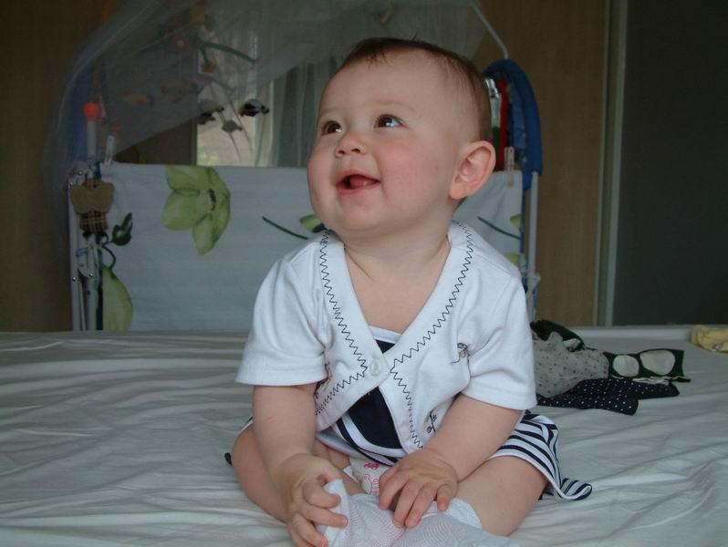 因为大了我不是很喜欢,就没有保存,你到这个两个网站去看吧,她的照片,成长记录都有。 这个是她2岁前的。老照片好些都在这里。 http://lizzie.bbs.xilu.com/ 这个是她的新家,不过现在要注册才能访问,所以我就没有进去过了。 http://www.duo-duo.net/