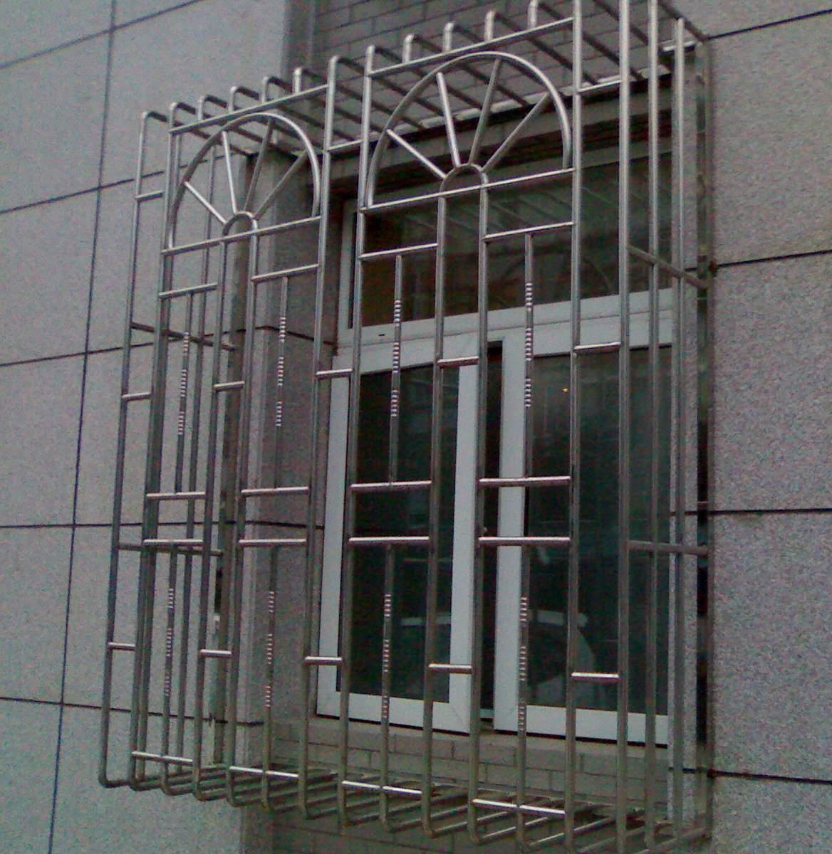 用手机拍的,效果不是太好。不过大概能看清楚。听门卫说,这个小区的防护栏已经装3年多了。 个人的感觉,这种防护栏有3点最令我满意: 质量上采用的是不锈钢,首先耐腐蚀,不容易掉色,厚壁,不容易折断。 式样是欧式的,比较美观,这种窗户形状的可以让人有种飘窗的感觉,不会象传统喷漆的条形防护栏感觉不好。 外凸的形状可以增加使用的空间,很适合放置花草,对净化空气和陶冶心情都很有好处。(当然可能也会有些影响楼上安全的隐患,不知道能不能通过管间距离和式样来避免) 不知道大家对这种的护栏有什么观感,这种样式我也在回龙观建材