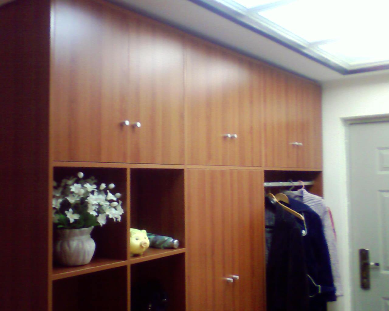 自己设计定做的鞋柜,到顶了,把配电盒和暖气全 高清图片